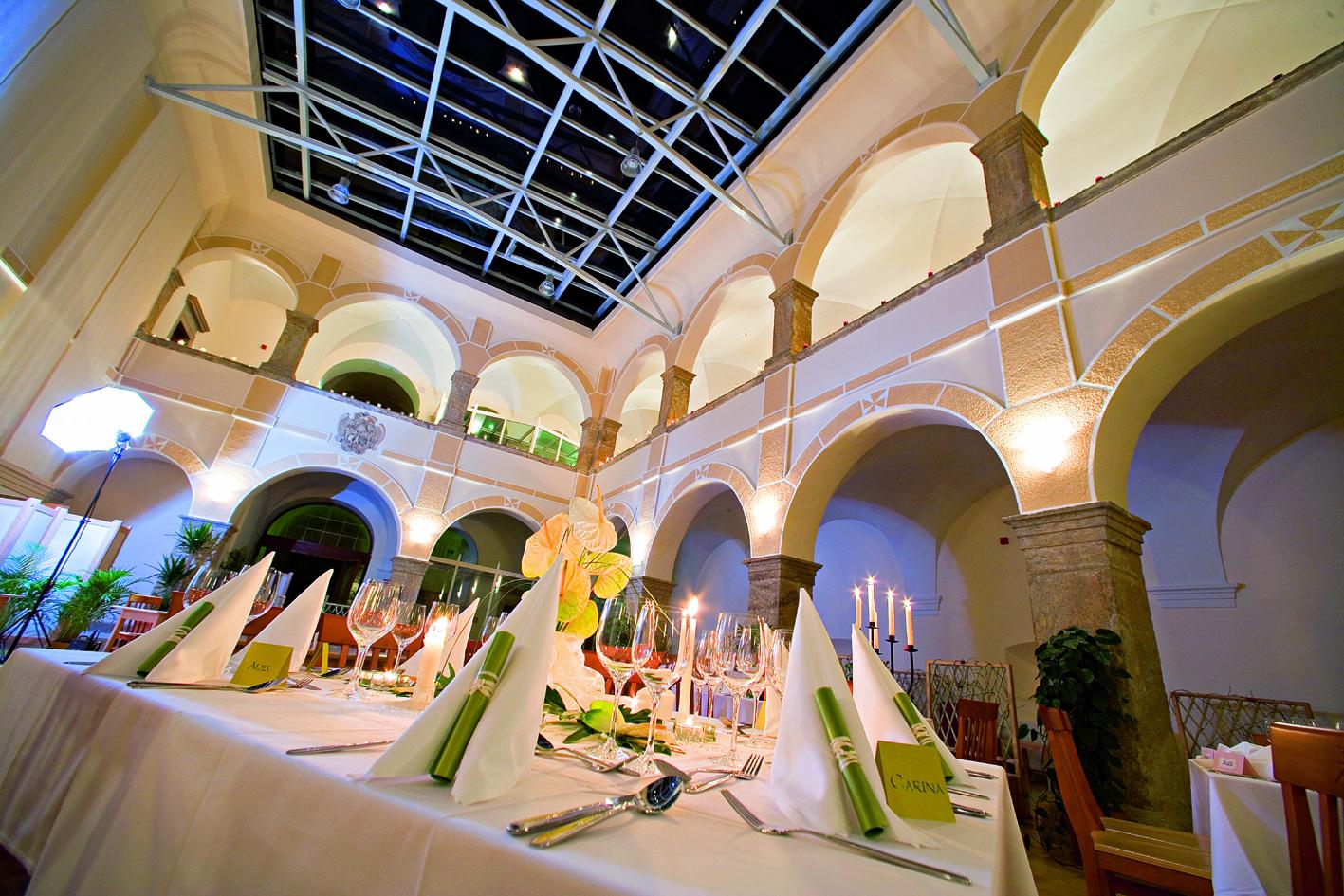 Arkadensaal mit Hochzeitschmuck im JUFA Hotel Schloss Röthelstein