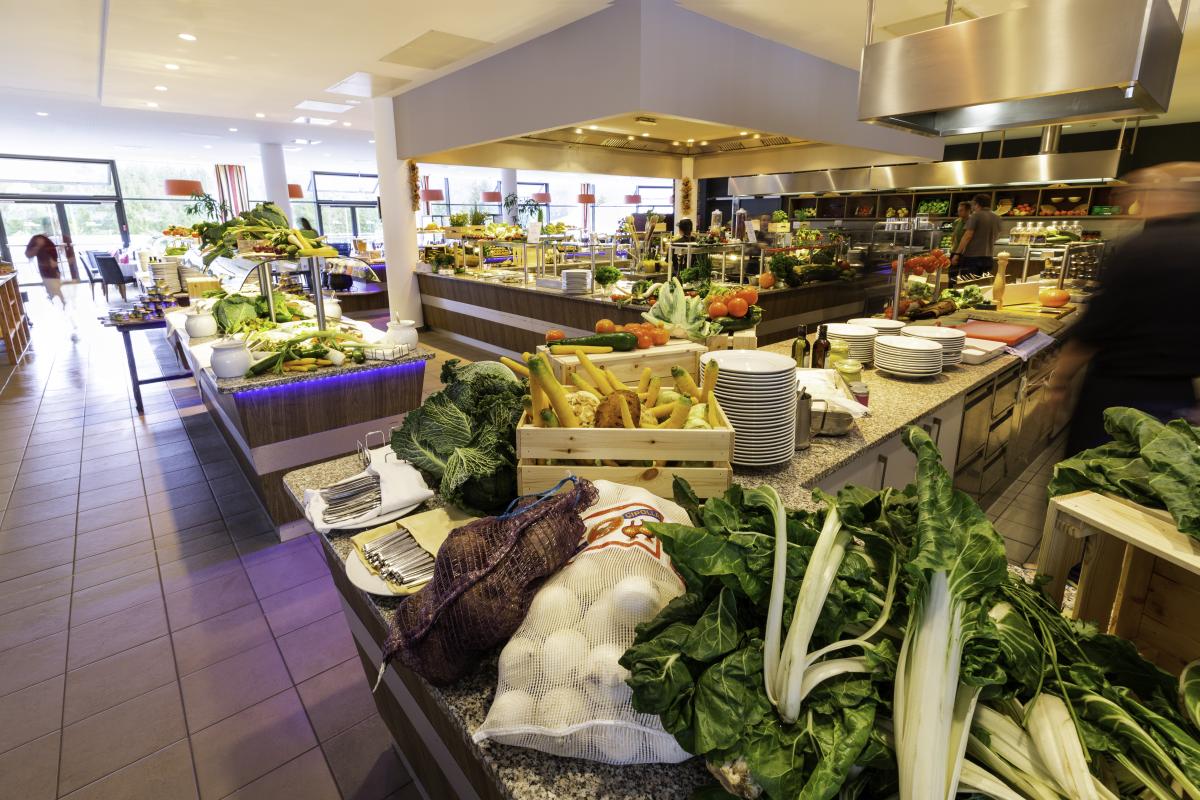 Reichhaltiges Buffet mit Live Cooking Stadionen